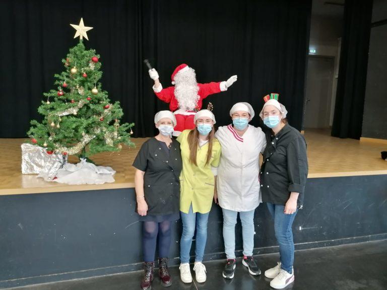 Le père Noël et les dames de service
